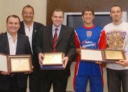 Gustavo Ick junto a dirigentes y jugadores de Quimsa